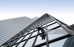 """""""Người nhện"""" Pháp chinh phục tòa tháp Tour Total cao 187m"""
