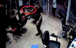 Tạm giữ 2 đối tượng trong vụ nổ súng tại tiệm cắt tóc