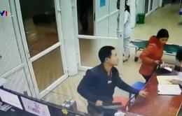 Bệnh nhân cầm dao đeo dọa, đòi bác sĩ tháo đốt tay