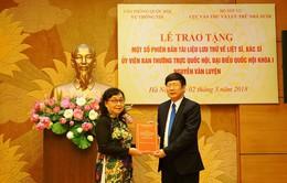 Trao tặng phiên bản tài liệu lưu trữ về liệt sĩ, bác sĩ, nhà báo Nguyễn Văn Luyện