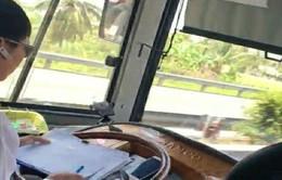 Phát hoảng vì chủ phương tiện vừa lái xe vừa ghi sổ sách