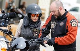 Được quyền lái xe, nhiều phụ nữ Saudi Arabia háo hức đi sắm motor