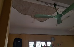 Ba học sinh Hà Nội đi cấp cứu vì sập mảng trần phòng học