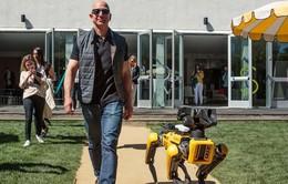 """Ông chủ Amazon """"gây sốt"""" khi dắt chó... robot đi dạo"""