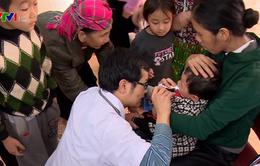 Thầy thuốc trẻ khám, phát thuốc miễn phí cho người dân Điện Biên