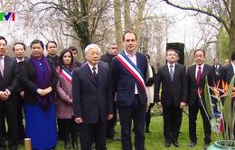 Tổng Bí thư dâng hoa tại tượng đài Chủ tịch Hồ Chí Minh ở Montreuil, Pháp