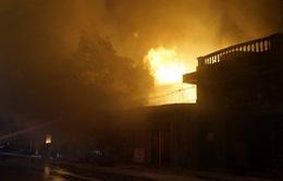 VIDEO: Cháy lớn lan ra 5 nhà dân gần cây xăng ở Hải Phòng