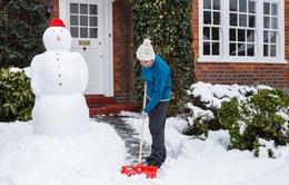 Khó khăn dọn tuyết sau cơn bão tại thành phố London, Anh