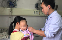 Cấp cứu trẻ bị viêm loét miệng họng do nhiễm độc chì từ thuốc cam