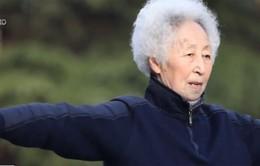 Cụ bà 83 tuổi chơi… bóng rổ