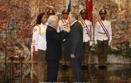 Trao Huân chương Sao vàng cho đồng chí Raul Castro