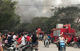Lửa bùng cháy dữ dội ở chợ Quang (Thanh Liệt, Hà Nội)