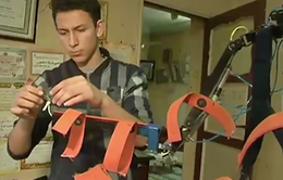 Học sinh sáng chế bộ xương robot giúp người tàn tật đi lại