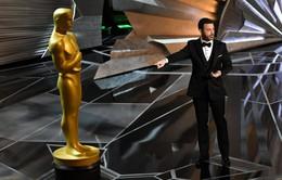 """Oscar 2018: Jimmy Kimmel nói mỉa sự cố """"nhầm giải"""" hy hữu ngay phần mở đầu"""