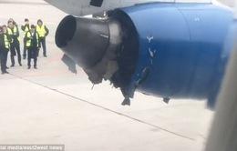 Động cơ máy bay British Aerospace chở 96 hành khách bật ra trên không trung