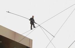 Thót tim với màn giữ thăng bằng trên dây giữa hai tòa nhà cao 29m
