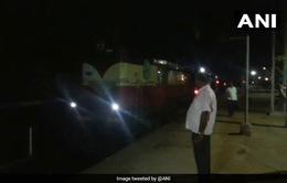 Tàu hoả Ấn Độ chạy thụt lùi khi không có đầu máy