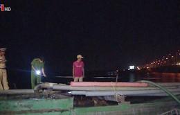 Nhiều sà lan khai thác cát trái phép tại cầu Rạch Miễu