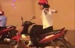 VIDEO: Thót tim vì người phụ nữ đi xem máy bỏ tay và đánh võng