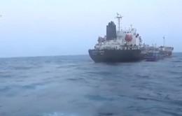 Bắt giữ 2 tàu nước ngoài sang mạn dầu trái phép