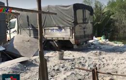 TP.HCM: Bắt quả tang xe tải đổ trộm 2 tấn rác thải công nghiệp