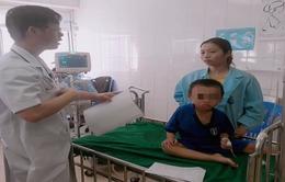 Bé trai 3 tuổi nguy kịch vì ăn gói thông rửa bồn cầu