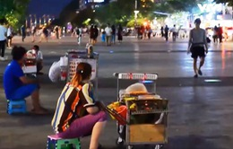 Lộn xộn hàng rong trên phố đi bộ Nguyễn Huệ, TP.HCM