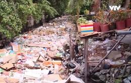 Rác thải ngập ngụa kênh thoát nước của sân bay Tân Sơn Nhất