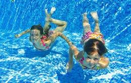Bơi lội mùa hè - Làm sao để trẻ không bị tổn thương da?