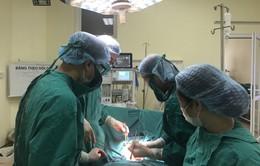 Người phụ nữ bị khối u lớn bằng 2 trẻ sơ sinh chèn ép tử cung