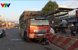 Quảng Ngãi: Lái xe buồn ngủ hất văng dải phân cách cứng trên đường
