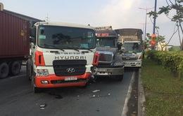 Tránh xe bus, container gây tai nạn liên hoàn trên xa lộ