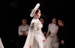 HH Hoàng Dung nổi bật với vị trí vedette trong đêm trình diễn áo dài của NTK Bảo Bảo