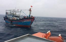 Cứu hộ thành công 13 ngư dân tàu cá Nghệ An bị trôi dạt trên biển nhiều giờ