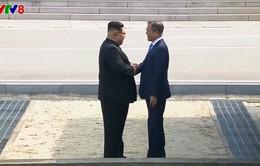 [Video] Cú bắt tay lịch sử mang tính biểu tượng giữa lãnh đạo Triều Tiên và Hàn Quốc