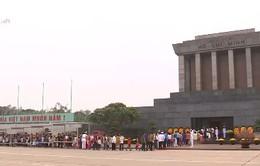 Người dân các địa phương vào Lăng viếng Chủ tịch Hồ Chí Minh