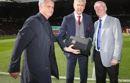 Sir Alex đã tặng gì cho HLV Wenger trong trận đấu cuối cùng tại Old Trafford?
