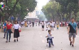 Phố đi bộ Hà Nội thu hút đông đảo người dân dịp nghỉ lễ 30/4