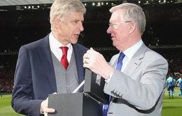 Sir Alex trao quà cho đối thủ cũ, lời tri ân của Man Utd với Wenger