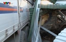 Lâm Đồng: Xe tải tông sập nhà dân, 4 người trong nhà thoát chết trong gang tấc
