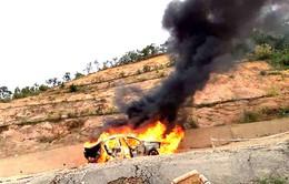 Xe hơi bốc cháy ngùn ngụt trên đèo Đại Ninh