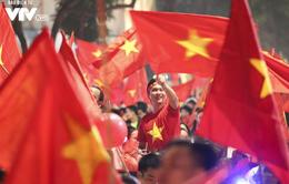 Từ xoong, chảo tới cờ hoa: Muôn màu cổ vũ trong đêm lịch sử của bóng đá Việt Nam