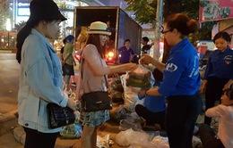 """Sinh viên tình nguyện """"giải cứu"""" hàng chục tấn dưa chuột giúp nông dân miền Trung"""