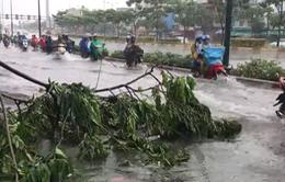 """Vừa mưa """"giải nhiệt"""", nhiều đường Sài Gòn đã ngập sâu"""