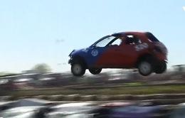 Thú vị cuộc thi nhảy bay qua ô tô tại Anh