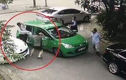 Bị nhắc nhở vì đỗ xe ngang ngược, tài xế Mercedes lao xuống đánh người