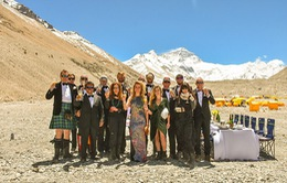 Thưởng thức bữa tối ở độ cao kỷ lục 7.050m trên đỉnh Everest