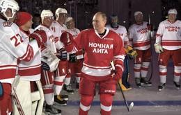 Tổng thống Putin trổ tài chơi khúc côn cầu