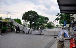 TP.HCM: Sập cổng chào phố đi bộ Nguyễn Huệ, 1 người trọng thương