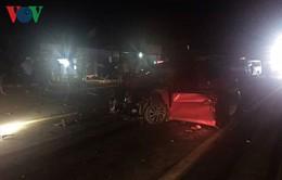 Đổ dốc lấn làn đối đầu xe tải, tài xế chết kẹt trong xe